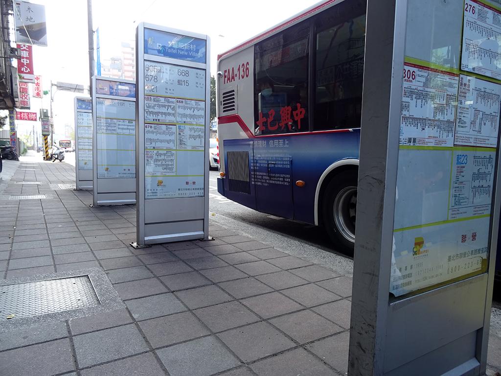 公車站牌停靠區